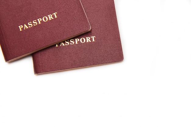 Dos pasaportes en el fondo blanco. aislado en blanco documento para los viajes. modelo Foto Premium