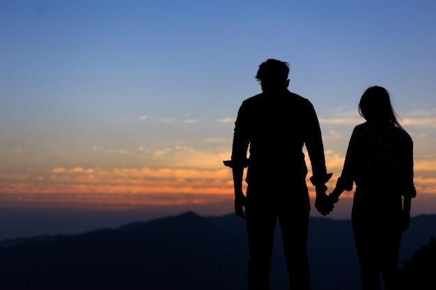 Dos Personas Parejas Enamoradas Al Atardecer Descargar Fotos Premium