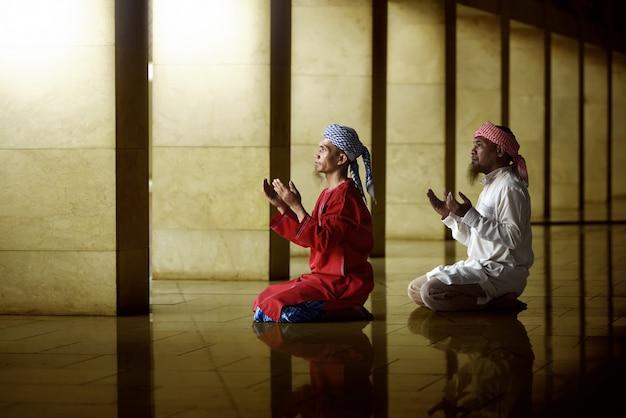 Dos religiosos musulmanes rezando juntos Foto Premium