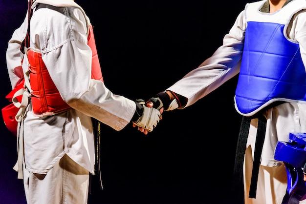 Dos taekwondo son un apretón de manos. antes del partido aislado Foto Premium