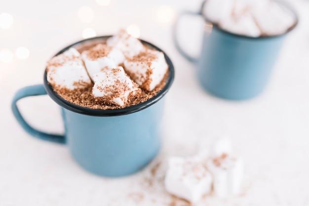 Dos tazas con cacao y malvaviscos suaves. Foto gratis