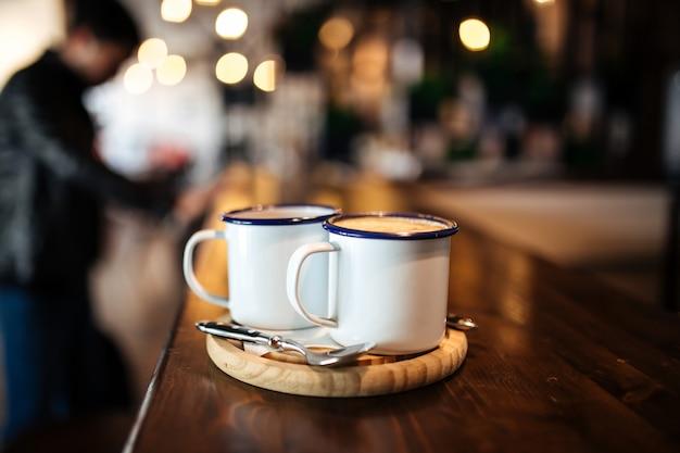 Dos tazas con café de la mañana en una tabla de madera Foto Premium