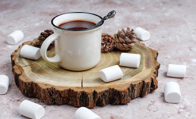 Dos tazas de chocolate caliente con malvaviscos en la mesa Foto gratis