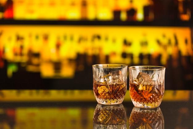 Dos vasos de cerveza en el mostrador de la barra Foto gratis