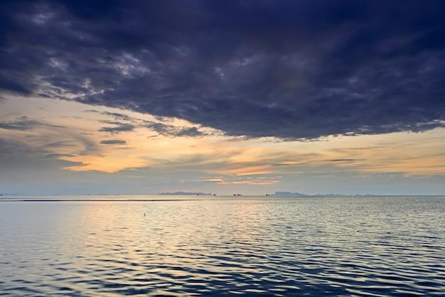 Dramática nube de lluvia, mar y cielo al atardecer Foto Premium