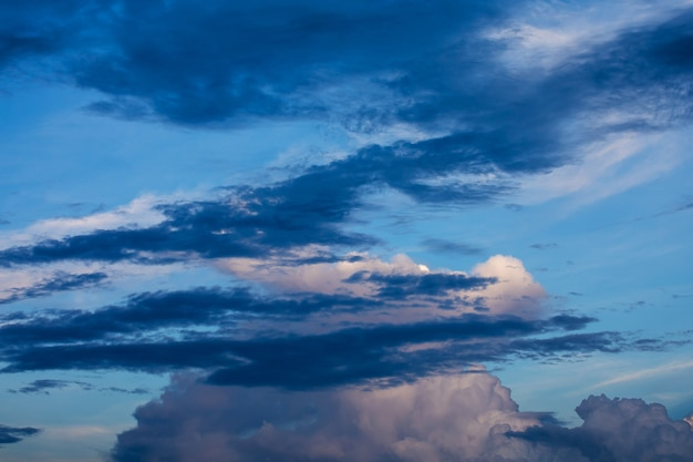 Dramático cielo oscuro antes de la tormenta al atardecer Foto Premium