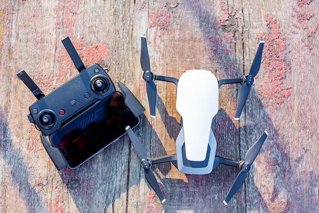 Drone y panel de control en un viejo tablero Foto Premium