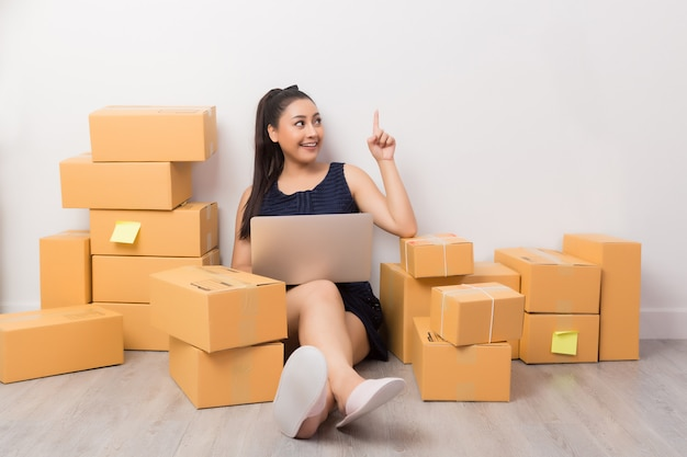 Dueño de negocio trabajando con cajas Foto gratis