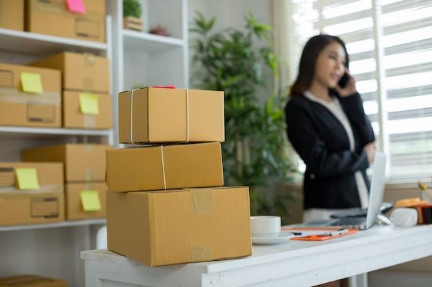 Dueño de negocio trabajando en la oficina en casa Foto gratis