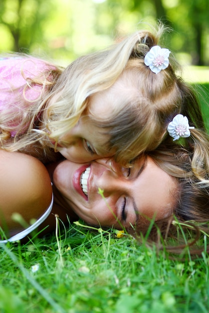 Dulce y hermosa chica con mamá Foto gratis