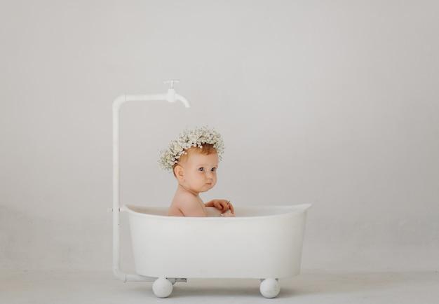 Dulce niña en el baño Foto gratis