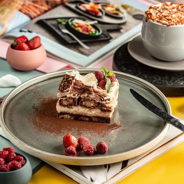 Dulce pastel sobre la mesa Foto gratis