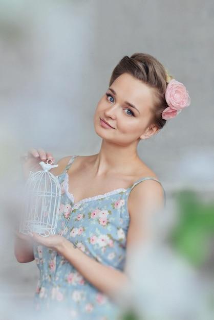 Dulce tierna mujer joven niña pijamas flores y trenzas cabello soñando posando en un estudio Foto Premium