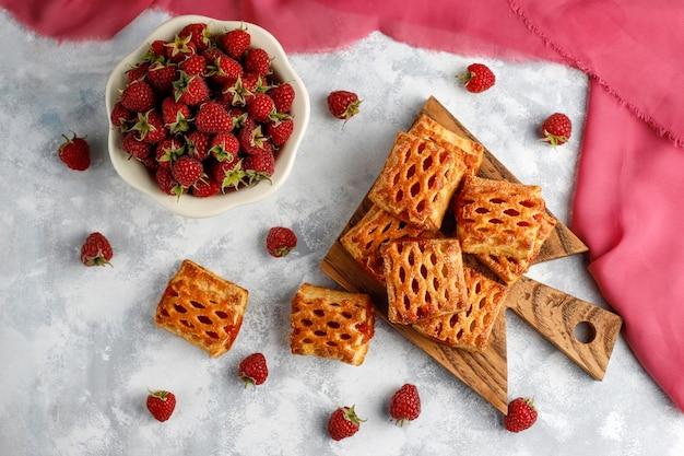 Dulces deliciosas galletas de frambuesa con frambuesas maduras, vista superior Foto gratis