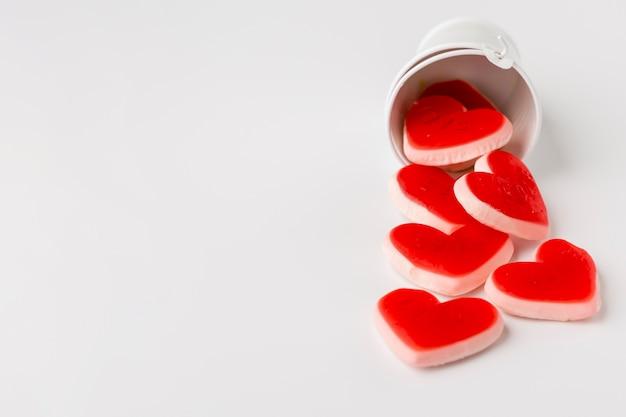 Dulces en forma de corazón con espacio de copia Foto gratis