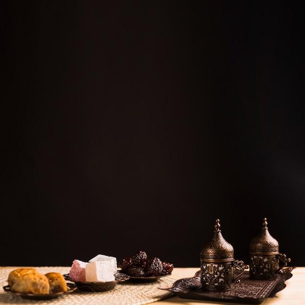 Dulces nacionales y set de café. Foto gratis