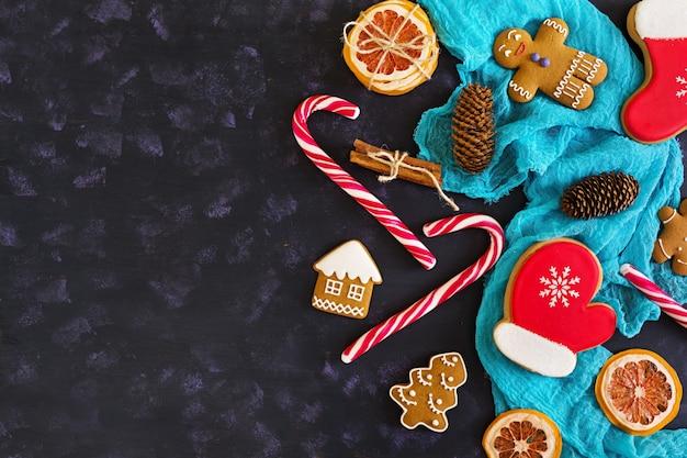 Dulces navideños, galletas de jengibre sobre superficie de madera Foto Premium