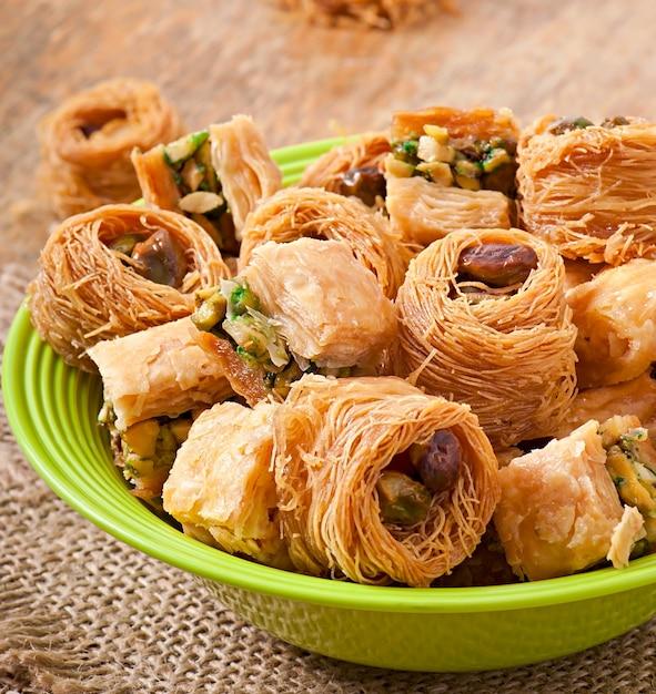 Dulces orientales en mesa de madera Foto Premium