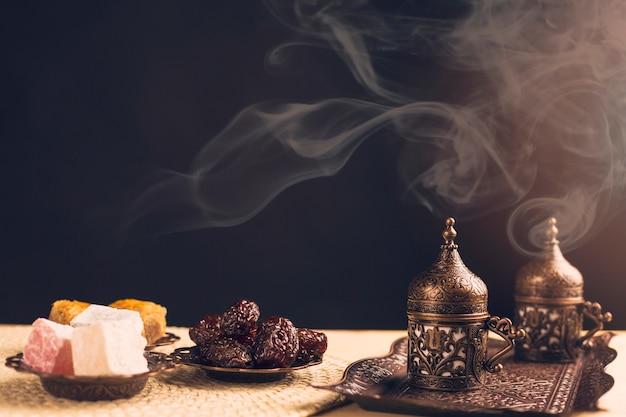 Dulces orientales y servicio de café. Foto gratis