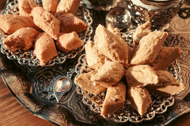 Dulces turcos con café en una mesa de madera Foto Premium