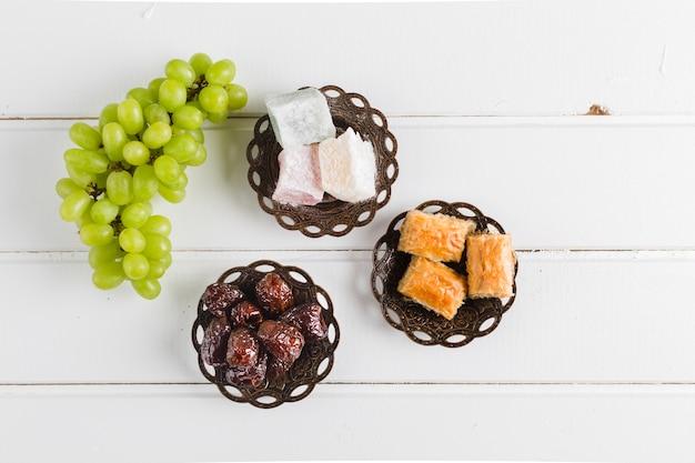 Dulces y uvas orientales. Foto gratis