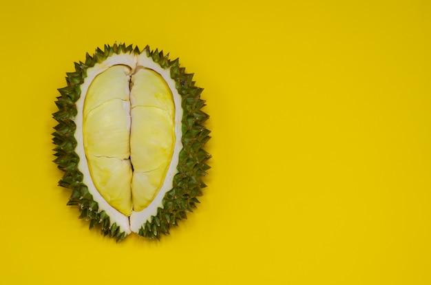 El durian fresco del corte que es rey de la fruta de tailandia aisló en fondo amarillo con el espacio para el texto. Foto Premium
