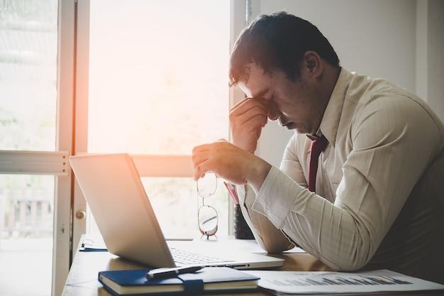 Duro pensar en el an lisis en el trabajo el hombre de for Follando en la oficina gratis