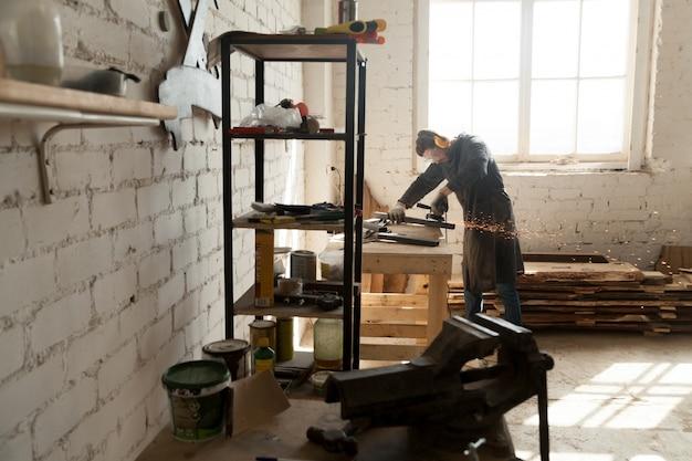 Ebanista experto trabajando en pequeños talleres Foto gratis