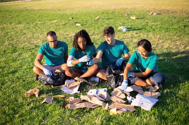 Eco voluntarios clasificando desechos de vidrio y papel Foto gratis