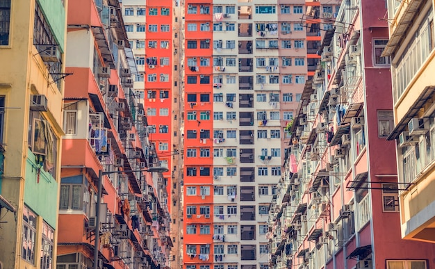 Edificio abarrotado del centro de la ciudad apartamento abandonado Foto gratis