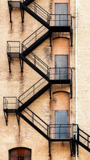 Edificio antiguo con escalera de incendios Foto gratis