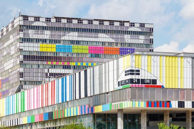 Edificio del centro técnico de televisión ostankino en moscú sobre un fondo de cielo azul con nubes blancas Foto Premium