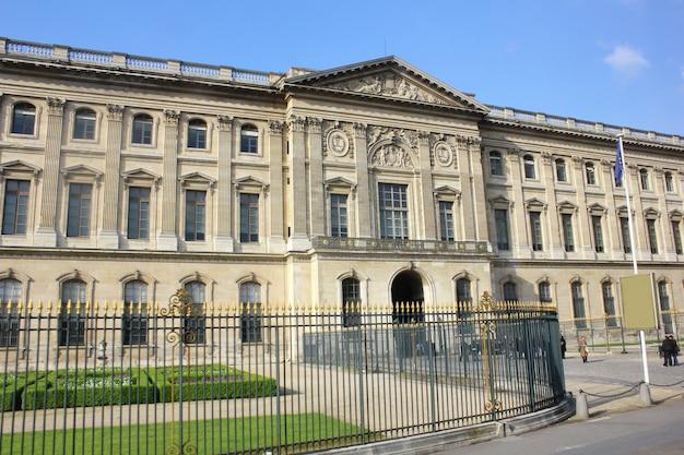 Edificio clásico en paris, francia Foto Premium