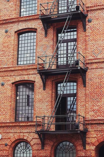 Edificio con escaleras de emergencia exteriores for Escaleras exteriores