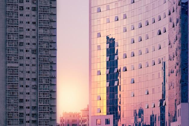 Edificio corporativo de lujo al atardecer, edificio residencial en mal estado gris. Foto Premium