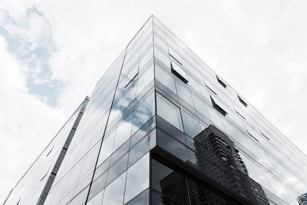 Edificio de diseño de vidrio con vista de ángulo bajo Foto gratis