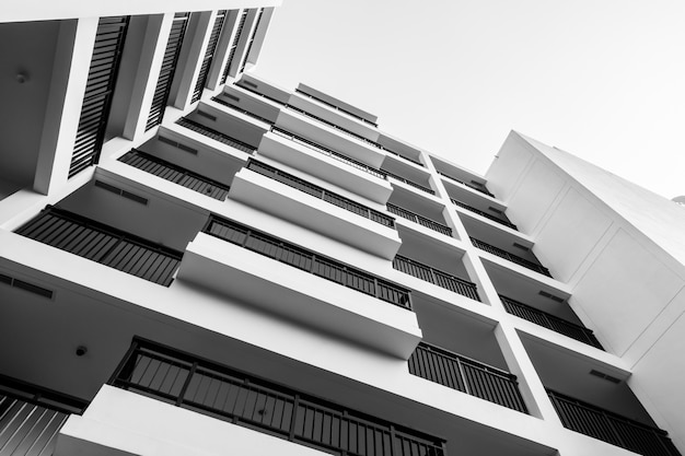 Edificio exterior blanco y negro. Foto gratis