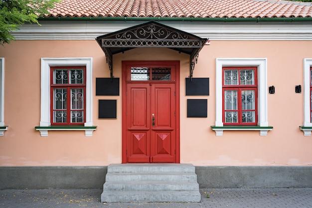 Edificio de fachada clásica de arquitectura vintage con puerta roja Foto gratis