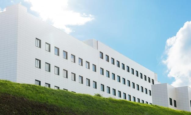 Edificio genérico con cielo azul. Foto Premium