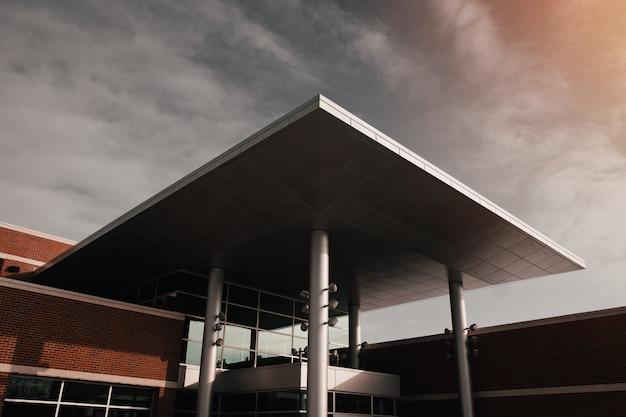 Edificio moderno de hormigón gris y marrón disparó desde un ángulo bajo Foto gratis