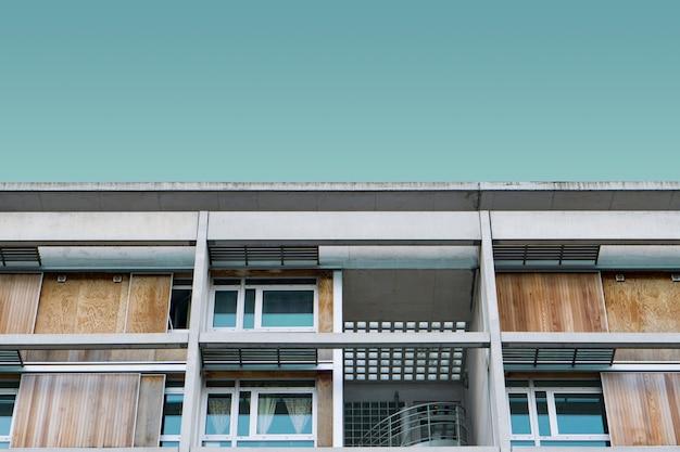 Edificio moderno de madera bajo el cielo azul Foto gratis