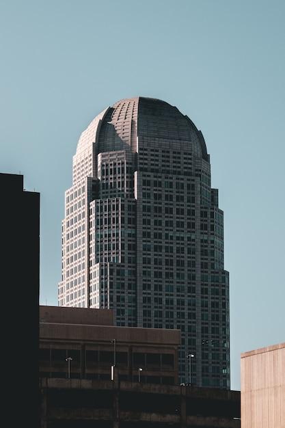 Edificio moderno de negocios de gran altura tocando el cielo Foto gratis