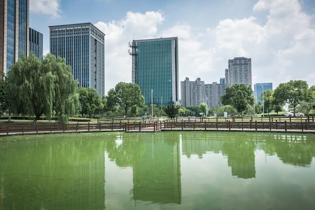 Edificio moderno de negocios junto al pequeño lago Foto Premium