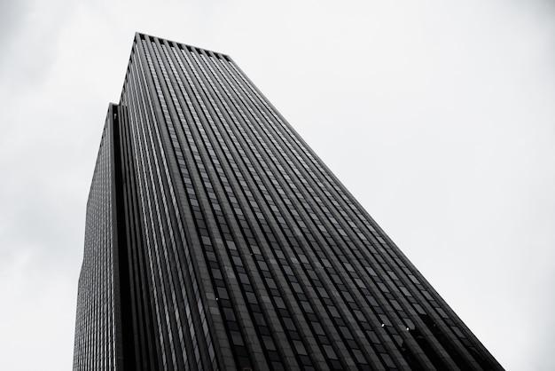 Edificio moderno en zona urbana de ángulo bajo Foto gratis