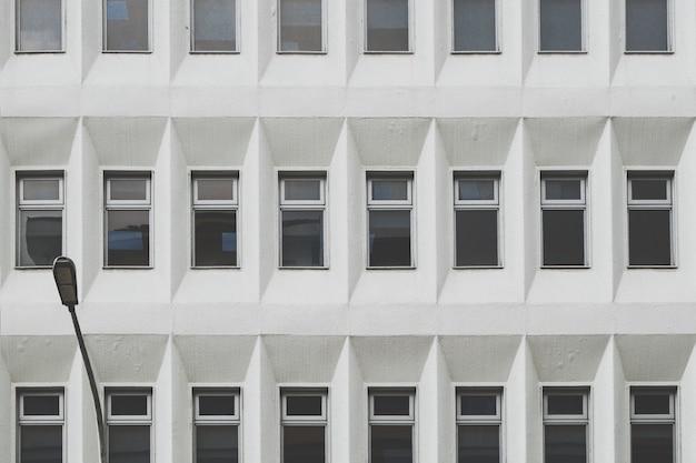 Edificio monocromático con ventanas. Foto gratis