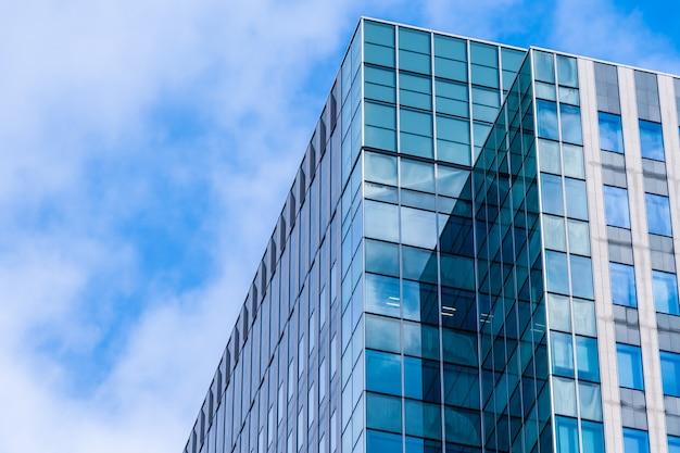 Edificio de oficinas de arquitectura hermosa con forma de ventana de vidrio Foto gratis