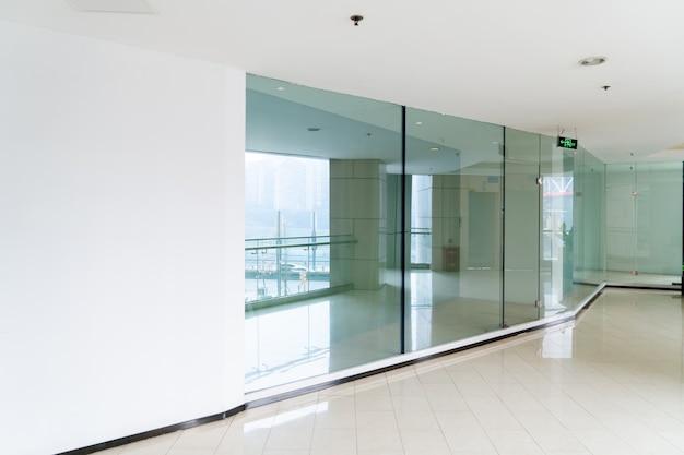 Un edificio de oficinas moderno con puertas y ventanas de vidrio. Foto Premium