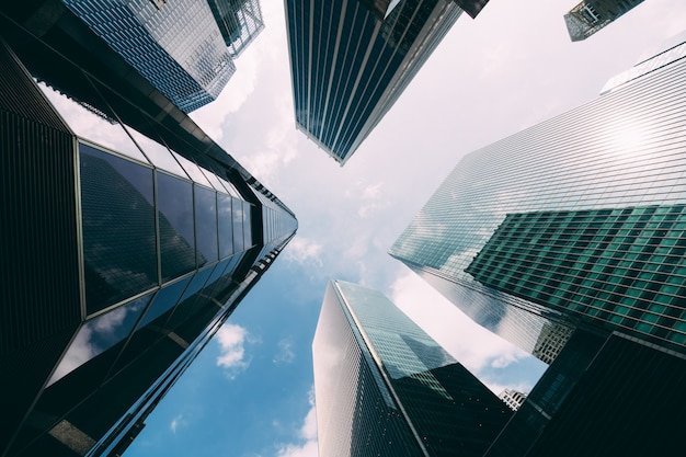Edificio de oficinas moderno vista de ángulo bajo de rascacielos en la ciudad de singapur. edificio de oficinas moderno vista de ángulo bajo de rascacielos en la ciudad de singapur. Foto gratis