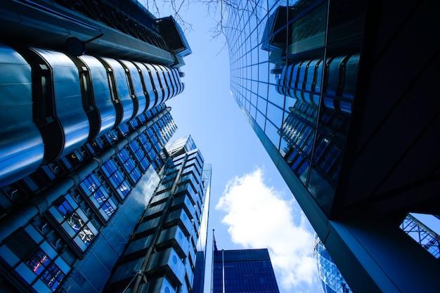 Edificio de oficinas de negocios abstractos en londres Foto Premium