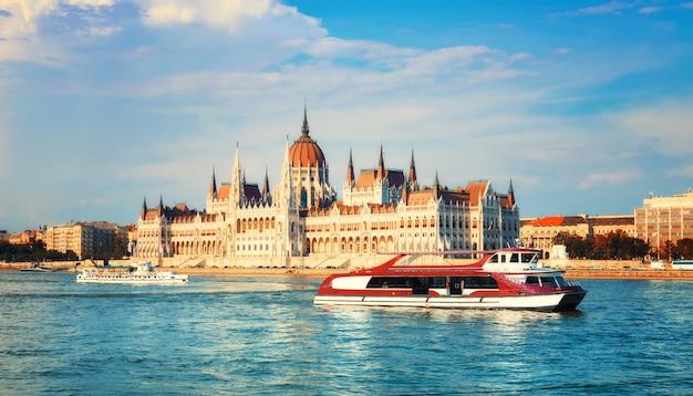 Edificio del parlamento en budapest, hungría en un día soleado Foto Premium